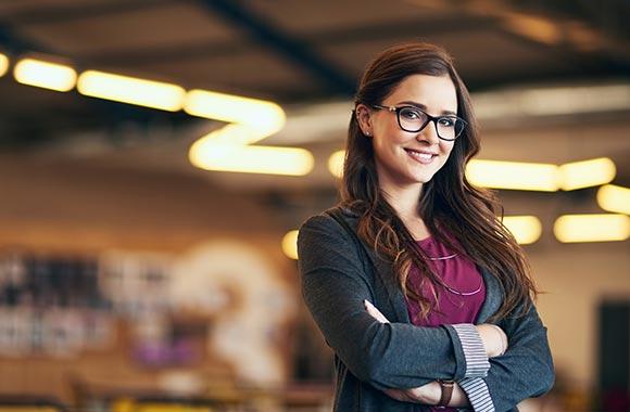 femme jeune bras croisés à lunette
